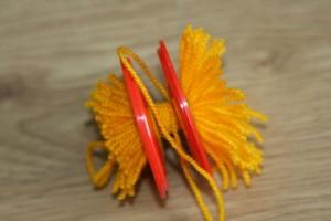 Як зробити Великодніх ціплят (з ниток для в'язання)