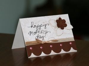 Листівка на День Матері в коричневих тонах