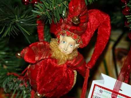 Ваза з новорічними прикрасами та наша ялинка