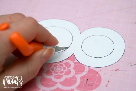 Як зробити листівку на 8 Березня своїми руками. Крок 1 - вирізаємо трафарет