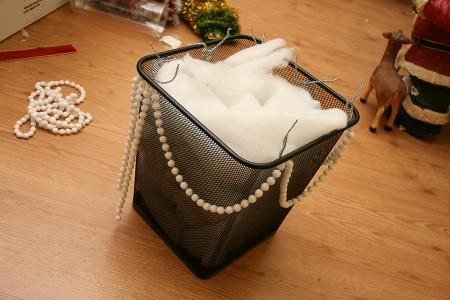 Новорічна підставка для подарунків із кошика для сміття