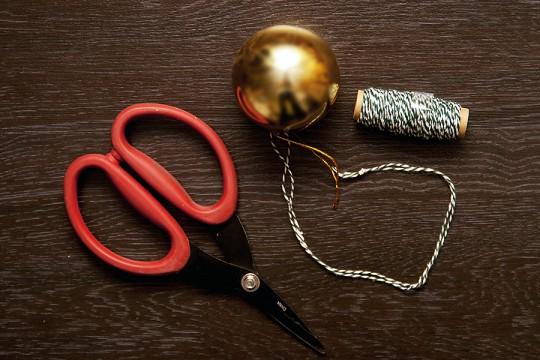 Переприкрашаємо новорічні ялинкові кульки використовуючи тканину - крок 2
