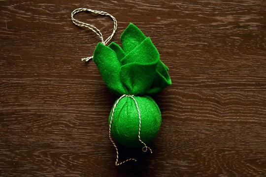 Переприкрашаємо новорічні ялинкові кульки використовуючи тканину - крок 4