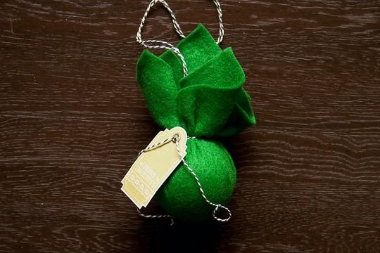 Переприкрашаємо новорічні ялинкові кульки використовуючи тканину - крок 5