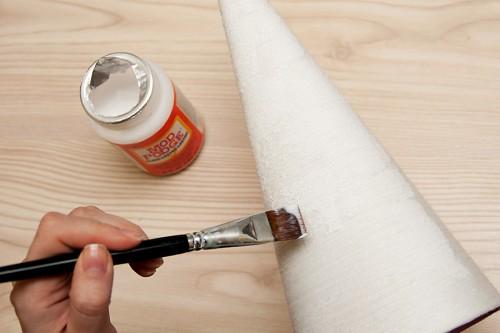 Ялинки із паперу, ниток для в'язання, блискіток та шпильок