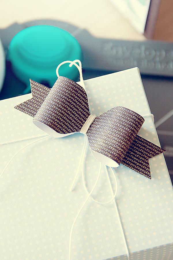 Упаковуємо подарунки і прикрашаємо їх саморобними бантиками