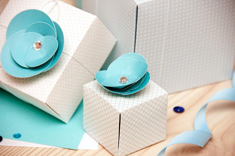 Декор для вечірки - подарункові коробочки із квітами у блакитних тонах